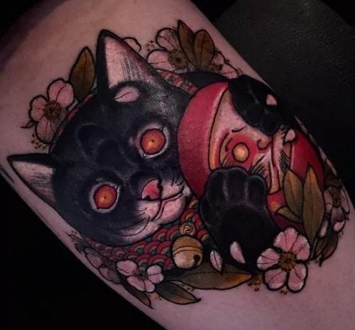 Bí ẩn và sắc sảo với tattoo mèo thần tài và daruma