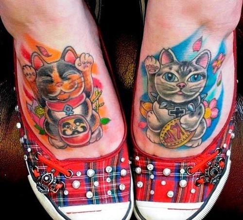 Bộ hai hình mèo thần tài và daruma thu hút