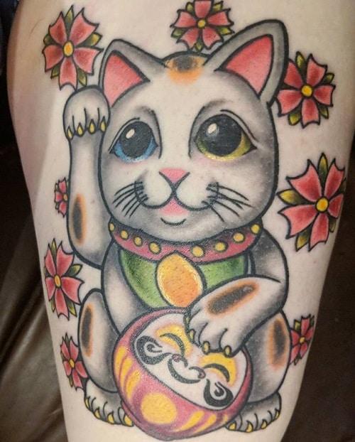 Mèo thần tài và daruma cách điệu tạo nên mẫu tattoo đáng yêu