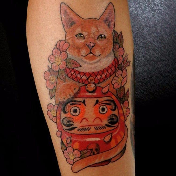 Tattoo mèo thần tài và daruma độc đáo