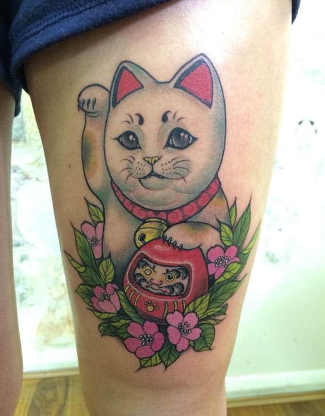 Tham khảo mẫu tattoo mèo thần tài và daruma ở chân đẹp