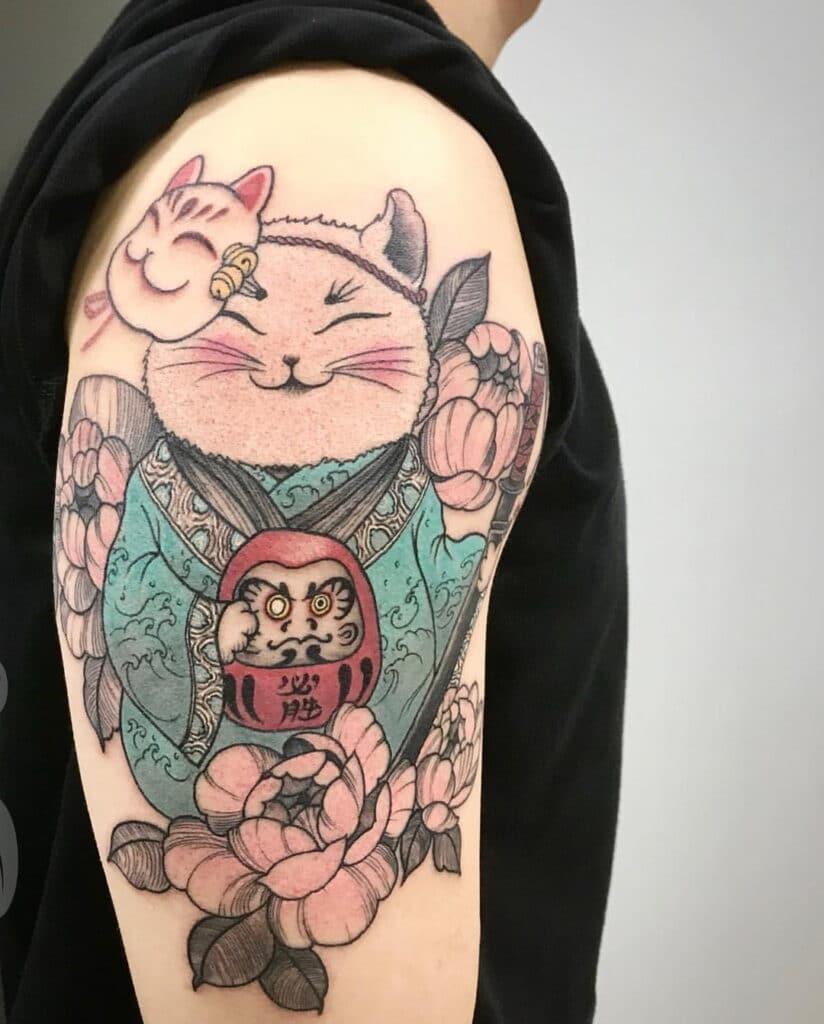 Xăm hình mèo thần tài và daruma ở bắp tay đẹp