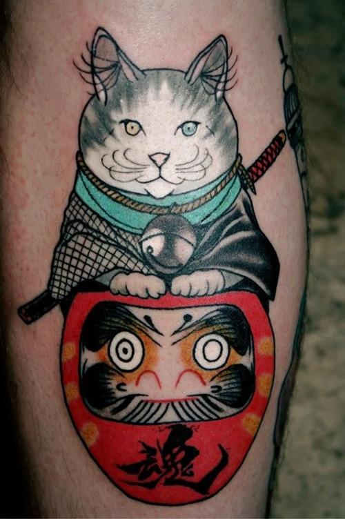 Xăm mèo thần tài và daruma chất phát ngất