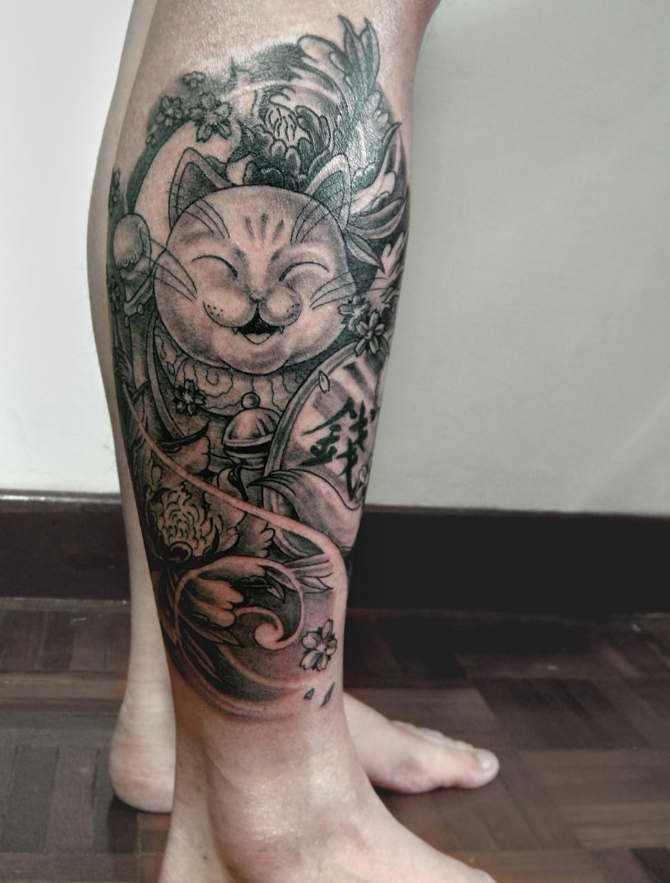 Hình xăm mèo thần tài ở bắp chân