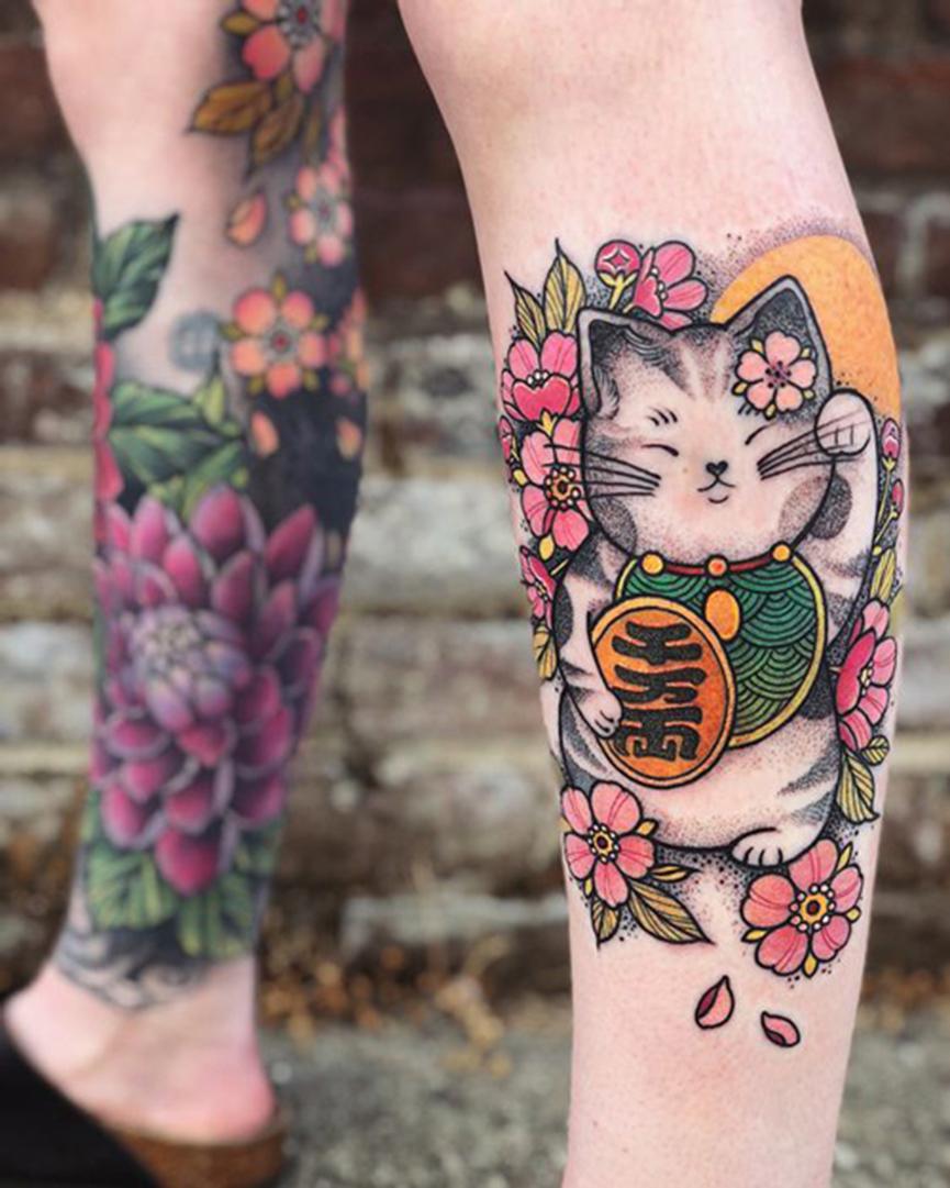 Hình xăm mèo thần tài và hoa anh đào Nhật Bản