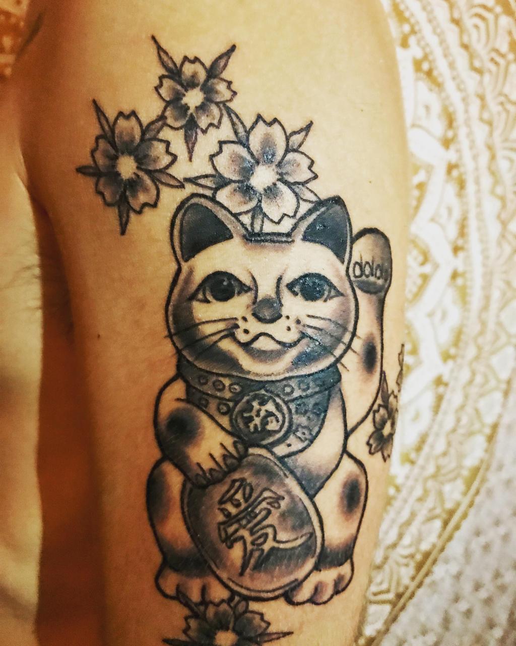 Hình xăm mèo thần tài và hoa sen