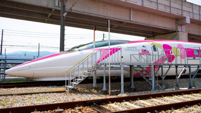 ở Nhật còn cả 1 chuyến tàu được trang trí bằng hình ảnh của mèo như Hello Kitty Shinkansen.